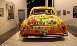 五颜六色的1950年薛佛列轿车驾驶低底盘汽车兜风者叫了我们的家用汽车  库存图片