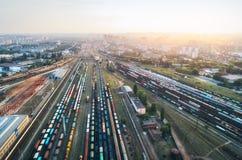 五颜六色的货车鸟瞰图  火车站 图库摄影