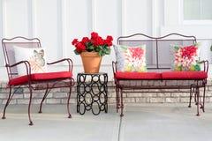 五颜六色的锻铁庭院家具 免版税库存照片