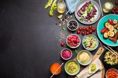 五颜六色的素食宴餐饭桌从上面 免版税库存图片