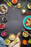 五颜六色的素食宴餐饭桌从上面 免版税图库摄影