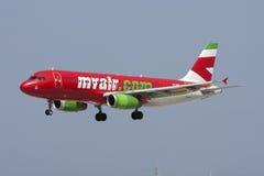 五颜六色的A320着陆 库存照片