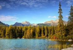 五颜六色的Autumn湖风景山 免版税库存图片