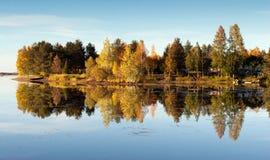 五颜六色的Autumn湖 免版税库存照片