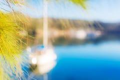 五颜六色的blured游艇背景蓝色海夏天 库存图片