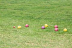 五颜六色的Bocce球在绿色草坪 免版税库存照片
