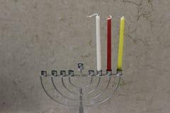 五颜六色的Chanukah蜡烛在menorah,蜡烛光点燃了 库存照片