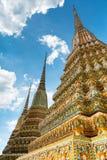 五颜六色的chedi在Wat Pho 库存照片