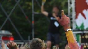 五颜六色的Holi节日、人们听DJ的和挥动的手在党 影视素材