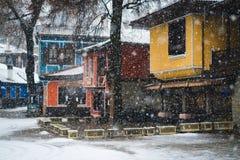 五颜六色的Koprivshtica议院在冬天 库存图片