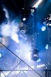 五颜六色的LED聚光与蓝色光的照亮发烟性阶段 库存图片