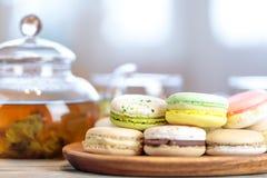 五颜六色的macaron蛋白杏仁饼干特写镜头在桌上的用热的茶 库存照片