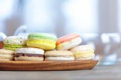 五颜六色的macaron蛋白杏仁饼干特写镜头在桌上的用热的茶 免版税库存图片