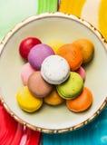 五颜六色的macarons各种各样在颜色板材,顶视图 库存图片