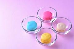五颜六色的macarons或蛋白杏仁饼干在玻璃杯子点心甜点beauti 免版税库存照片