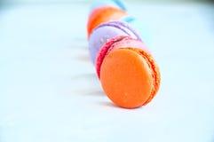 五颜六色的macarons线在白色石背景的 库存图片