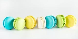 五颜六色的Macarons黄色蓝绿色Macarons法国点心鲜美Macarons白色背景 库存图片
