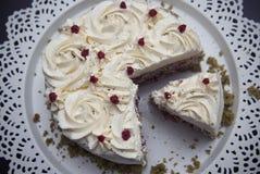 五颜六色的Matcha Strawbery蛋糕片断与白色奶油和绿茶的,在黑色的盘子 独特的自创蛋糕食谱 库存照片