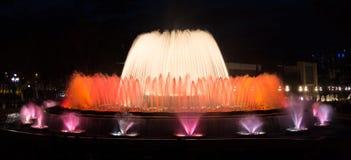 五颜六色的Montjuic喷泉展示在巴塞罗那,夜场面 图库摄影