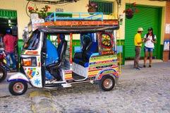 五颜六色的mototaxi在Guatape 库存图片