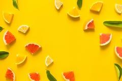 五颜六色的organge果子顶视图在黄色淡色背景的 库存照片