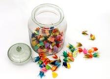 五颜六色的origami鸟无危险玻璃瓶子 免版税库存照片