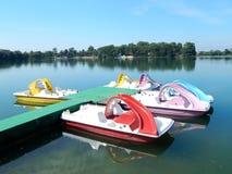五颜六色的paddleboats 免版税库存图片