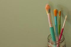 五颜六色的Paintbrishes背景 免版税库存照片
