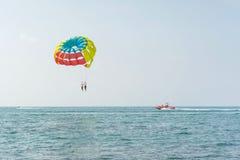 五颜六色的parasail翼乘一条小船拉扯了在海水的阿拉尼亚,土耳其 免版税库存图片