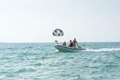 五颜六色的parasail翼乘一条小船拉扯了在海水的阿拉尼亚,土耳其 图库摄影