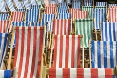 五颜六色的sunbeds 免版税库存图片
