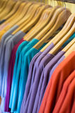 五颜六色的T恤杉在商店 库存照片