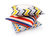 五颜六色的V形臂章,条纹,金刚石形状设计在被隔绝的背景的枕头盖子与裁减路线 粗麻布纺织品纹理 库存图片