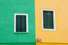 五颜六色的windos在Burano海岛 库存图片