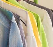 给五颜六色穿衣 库存图片