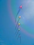 五颜六色箭头风筝飞行 免版税库存图片