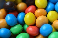 五颜六色糖果的巧克力 免版税库存图片
