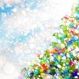 五颜六色背景的圣诞节 圣诞树、雪和闪烁 免版税库存图片
