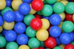 五颜六色背景的球 免版税库存图片