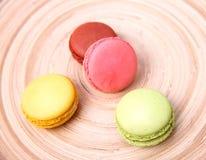 五颜六色蛋白杏仁饼干的特写镜头 免版税库存照片