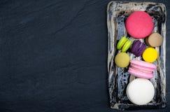 五颜六色蛋白杏仁饼干,甜和鲜美为烹调和餐馆菜单,顶视图 免版税库存图片