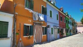 五颜六色被绘的大厦,在Burano海岛,意大利建筑学上的街道 股票录像