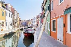 五颜六色被绘的房子和运河有小船的在Burano海岛,意大利上 免版税库存图片