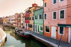 五颜六色被绘的房子和运河有小船的在Burano海岛,意大利上 库存图片