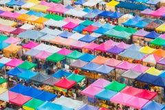 五颜六色跳蚤市场屋顶上面在曼谷泰国 免版税库存照片