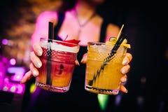 五颜六色鸡尾酒好服务与美好的bokeh 免版税库存图片