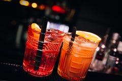五颜六色鸡尾酒好服务与美好的bokeh 库存图片