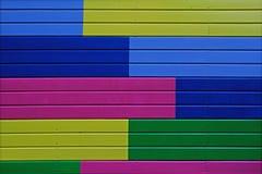 五颜六色黄色,绿色,蓝色和桃红色绘了木墙壁 库存照片