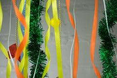 五颜六色,发光的圣诞节卷曲的丝带背景纹理充分的框架  库存图片