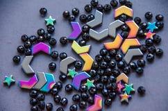 五颜六色,在灰色背景隔绝的黑头粉刺和石头 库存图片